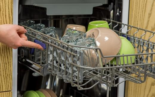 Changing the position of the basket for easy placement of dishes